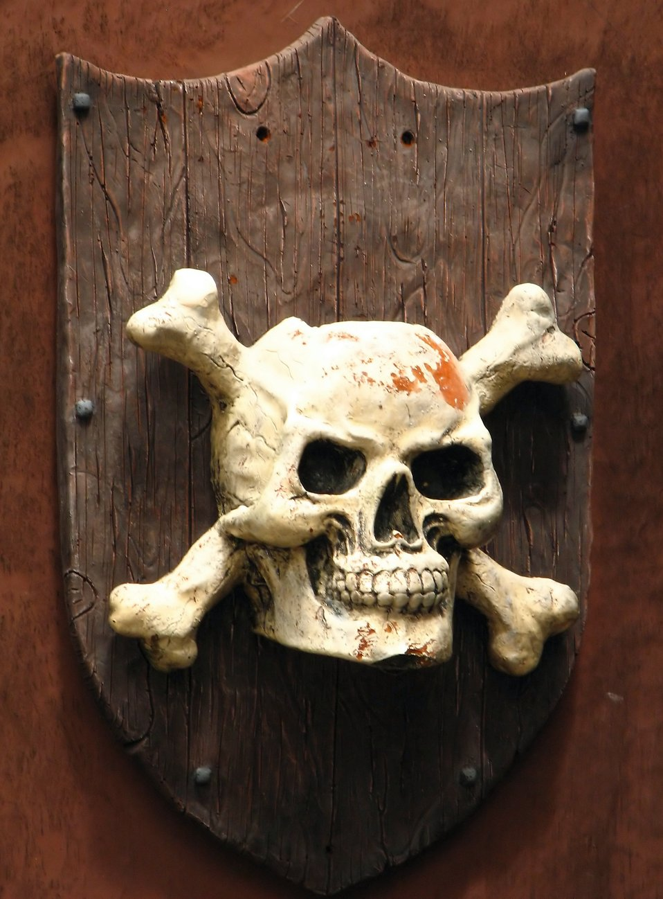 A skull and crossbones pirate plaque on a wall : Free Stock Photo