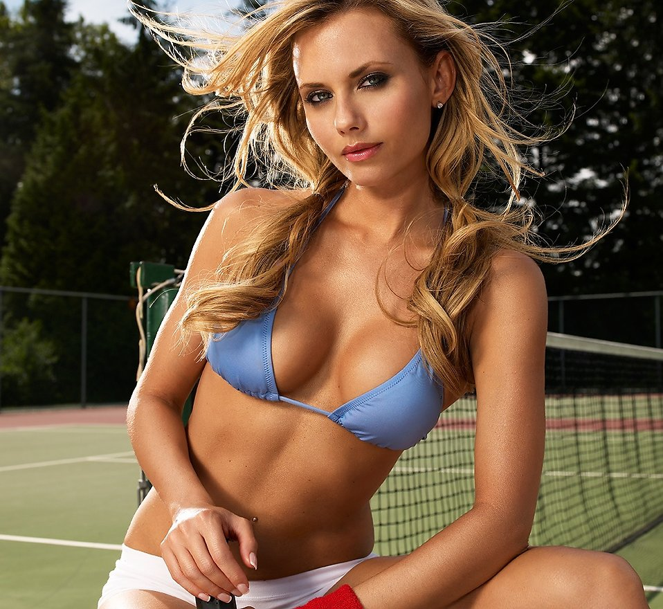 A beautiful blonde on a tennis court : Free Stock Photo