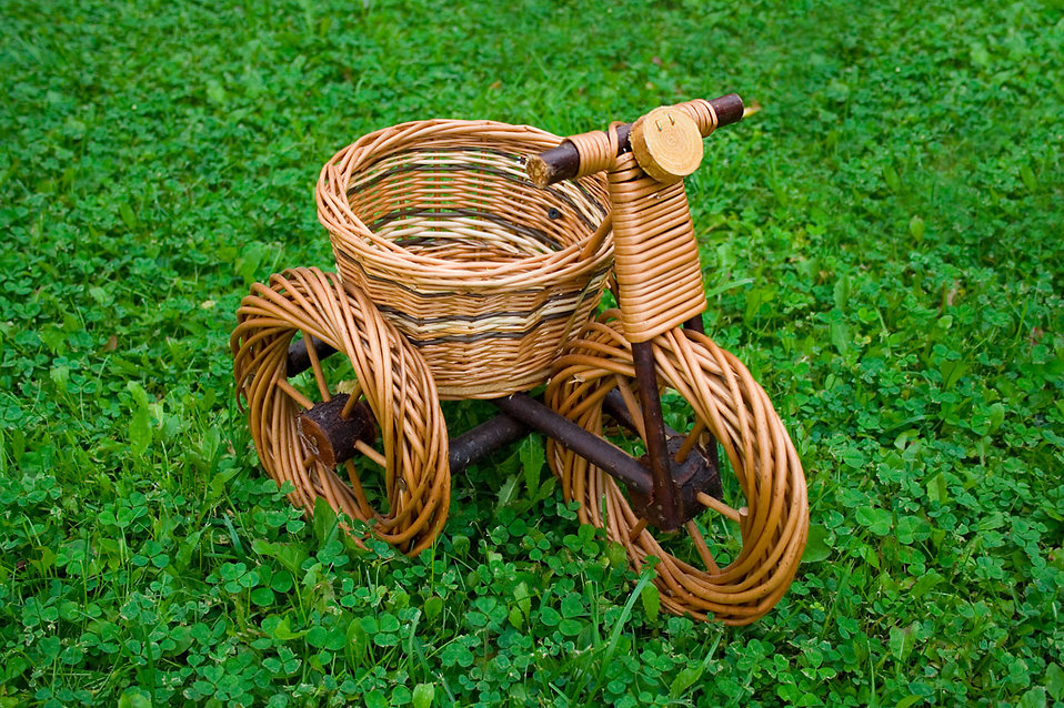 A wicker basket tricycle : Free Stock Photo