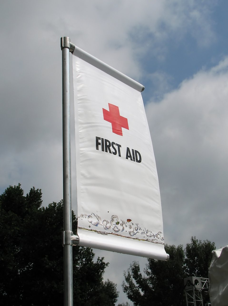A first aid flag with red cross : Free Stock Photo