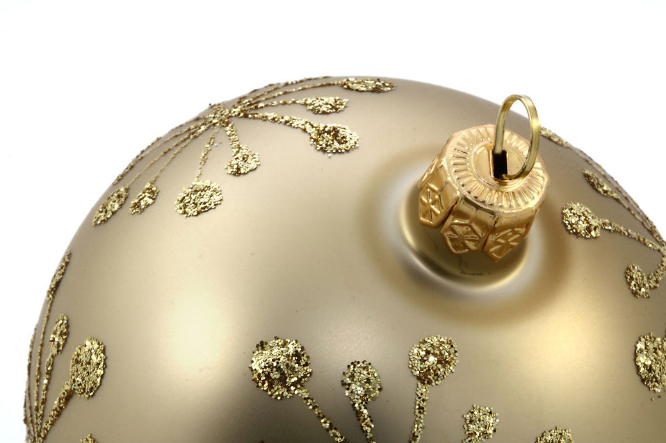 Close-up of a silver Christmas ornament : Free Stock Photo