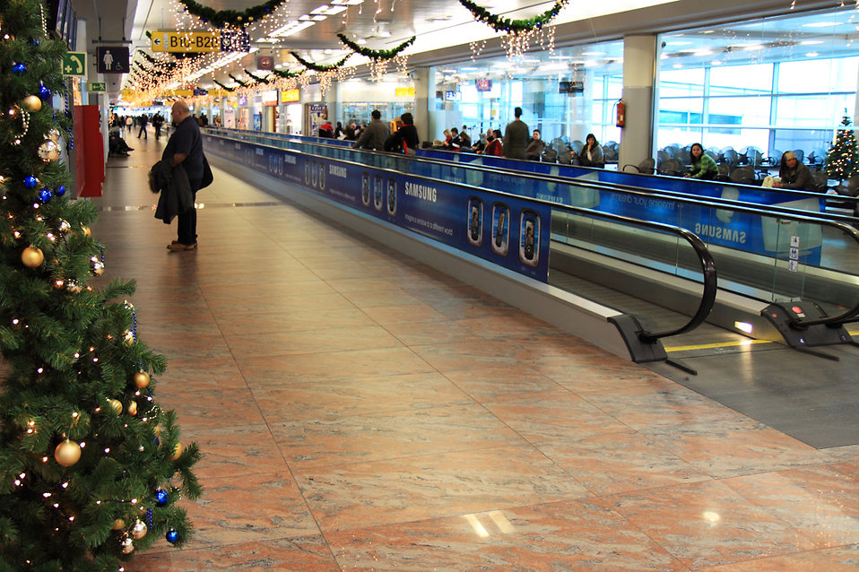 An airport terminal at Christmas time : Free Stock Photo