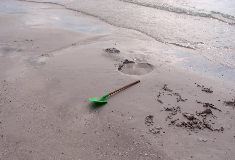 A green shovel on the beach : Free Stock Photo