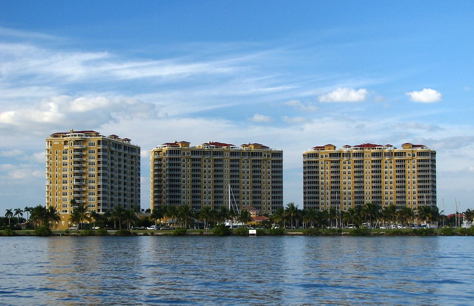 Condos along the ocean : Free Stock Photo