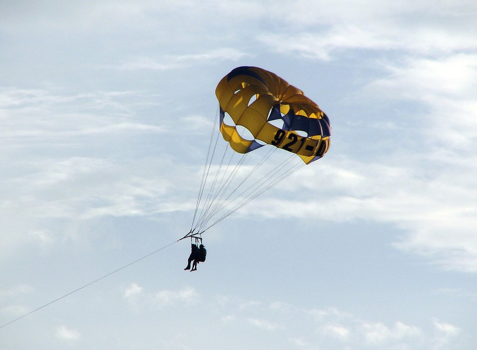 Close-up of a couple parasailing : Free Stock Photo